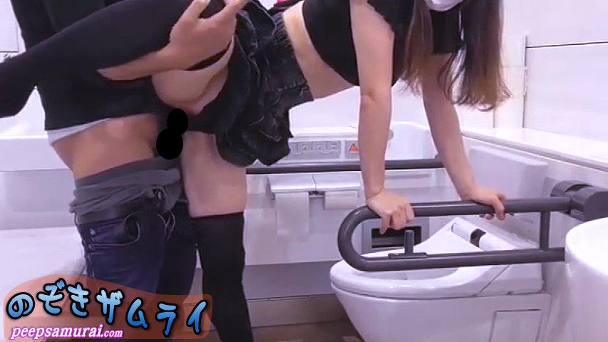 素人 - 多目的トイレでヤっちゃいました!