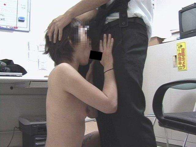 素人 - 書店オーナーの万引き制裁ビデオ 13