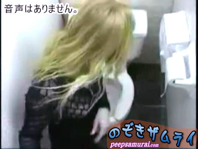素人 - オマンコ丸見え金髪トイレ盗撮 1